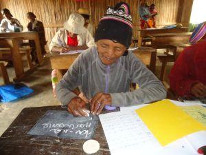 Senioren-Alphabetisierung in Nosy Varika, Madagaskar