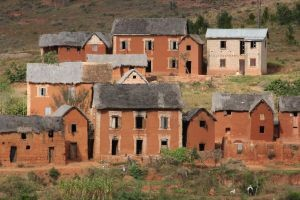 Häuser Hochland Madagaskar Lehm rot PRIORI Reisen
