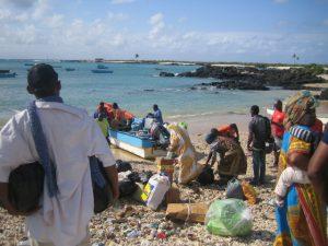 Komoren - Das Land: Boot nach Mohéli mit Menschen am Strand