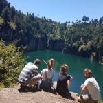 Unvergessliche Reise: Zu viert die Aussicht geniessen auf den See © PREVIDOLI