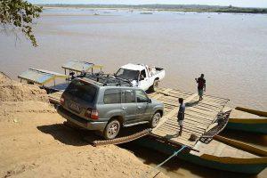 Abenteuerreise nach Madagaskar: Fähre auf dem Fluss Belo sur Tsiribihina