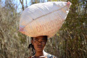 Abenteuerreise nach Madagaskar: Frau trägt Waren auf dem Kopf