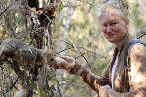 Abenteuerreise nach Madagaskar: Lemur trinkt aus Muschel