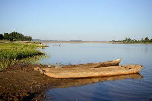Abenteuerreise nach Madagaskar: Pirogenfahrt auf dem Fluss Manambolo