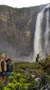 Trekking zum Chute de Sakaleona: am Fusse des Wasserfalls