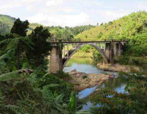 Trekking entlang der Eisenbahnlinie: Brücke über den Faraony