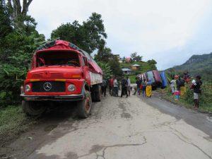 Trekking entlang der Eisenbahnlinie: umgekippte Lastwagen