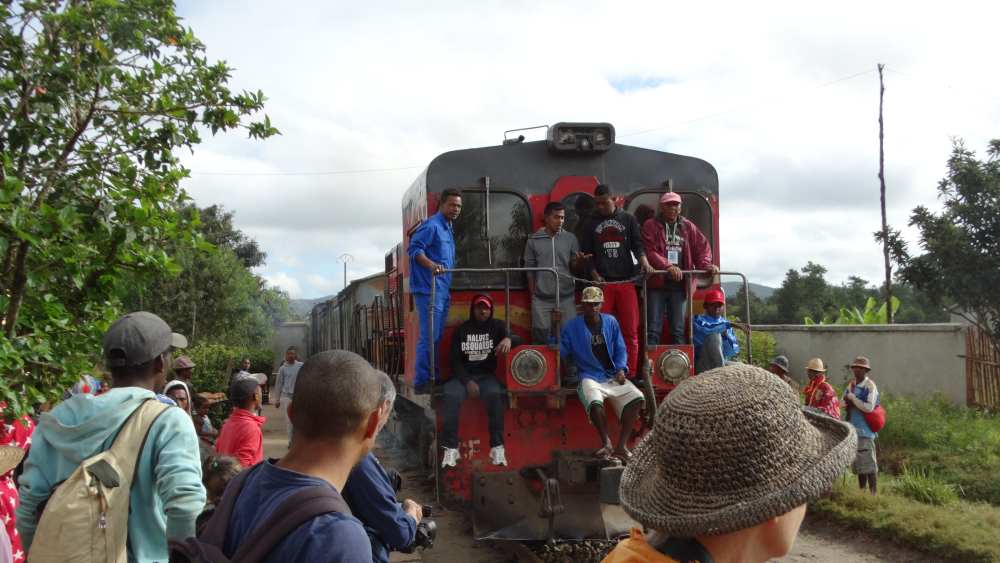 Unser Madagaskar Abenteuer: Ankunft des Zuges in Sahambavy