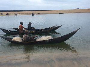 Unvergessliche Madagaskarreise: Fischer mit Pirogen unterwegs auf dem Pangalanes-Kanal