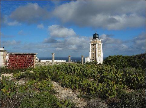 Leuchtturm und Küstenlinie im Spezialreservat Cap Sainte Marie